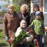 Priekšplānā - jubilāre Valentīna Čipāne. Otrajā rindā no kreisās: Valentīnas meita Regīna Pranča, mazmeita Alīna Čistjakova, meita Marija Šmaukstele un mazmazdēls Nauris. Foto: Madara Ļaksa
