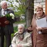 Maltas pagasta pārvaldes vadītājs Vitālijs Skudra, gaviļniece un jubilāres meita Regīna Pranča