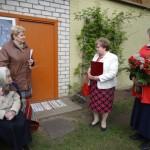 Jubilāri sveic Rēzeknes novada domes priekšsēdētāja vietniece Elvīra Pizāne un Sociālā dienesta vadītāja Silvija Strankale