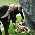 Ziedus noliek Rēzeknes novada domes priekšsēdētājs Monvīds Švarcs (no labās) un Vērēmu pagasta pārvaldes vadītājs Vladimirs Bistrovs