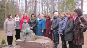 Jelgavas un Ozolnieku novadu izglītības iestāžu vadītāji pie rakstnieka Jāņa Klīdzēja pieminekļa Kantiniekos