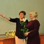 Tas būs jauns izaicinājums, vadīt Kaunatas vidusskolu, vienu no novada attīstības centriem, - jaunajai Kaunatas vidusskolas direktorei Skaidrītei Ūzuliņai (attēlā no labās) atgādina Lilija Žukovska. Foto: Eduards Medvedevs