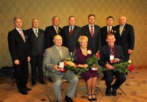 Juris Taukulis (pirmajā rindā, pirmais no labās puses) saņemot Latvijas Valsts aizsardzības fonda Lāčplēsis Goda zīmi bronzā