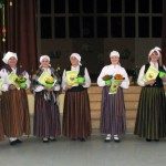 Folkloras kopu vadītājas kopā ar Nautrēnu pagasta pārvaldes vadītāju Līviju Plavinsku