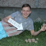 Viktors Drozdovs ar sēklas kartupeļiem  Magdalēna. Pa vasaru tiks izstrādāts projekts Audzēsim kartupeļus