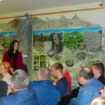 Dabas aizsardzības pārvaldes Latgales reģionālās nodaļas vadītāja Anda Zeize diskusijā ar sapulces dalībniekiem