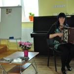 Iveta Magiča apguvusi senā instrumenta - garmoškas spēli.
