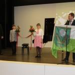 Novada karogu skolai dāvina Rēzeknes novada domes priekšsēdētājs Monvīds Švarcs