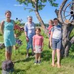 Projekta dalībniece Irina Jegorova (no kreisās) ar vecmammu, brālīti un pašas bērniem Taņu un Nikolaju