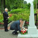 Krievijas Federācijas ģenerālkonsuls Daugavpilī Andrejs Vladimirovs un Rēzeknes novada domes priekšsēdētājs Monvīds Švarcs noliek ziedus atjaunotajos Brāļu kapos