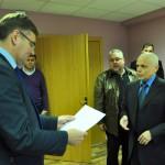 Rēzeknes novada domes priekšsēdētājs Monvīds Švarcs (no kreisās) saņem darbu pieņemšanas - nodošanas aktu