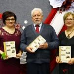 Vitālijs Skudra ar grāmatas veidotājām - no kreisās, Skaidrīte Svikša un Silvija Pīgožne