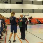 Maltas pagasta pārvaldes vadītājs Vitālijs Skudra pasniedz komandām piemiņas suvenīrus