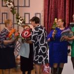 Seniou klubs Uguntina pasniedz davanu PII Jantarpins